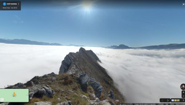 mare di nuvole, scogli di montagne.